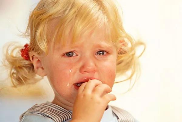 孩子一挨批评就哭鼻子,她怎么这么脆弱?