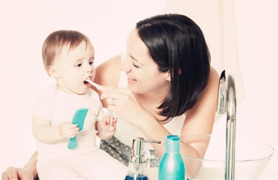 宝宝多大开始刷牙,宝宝刷牙父母要知道的一二三
