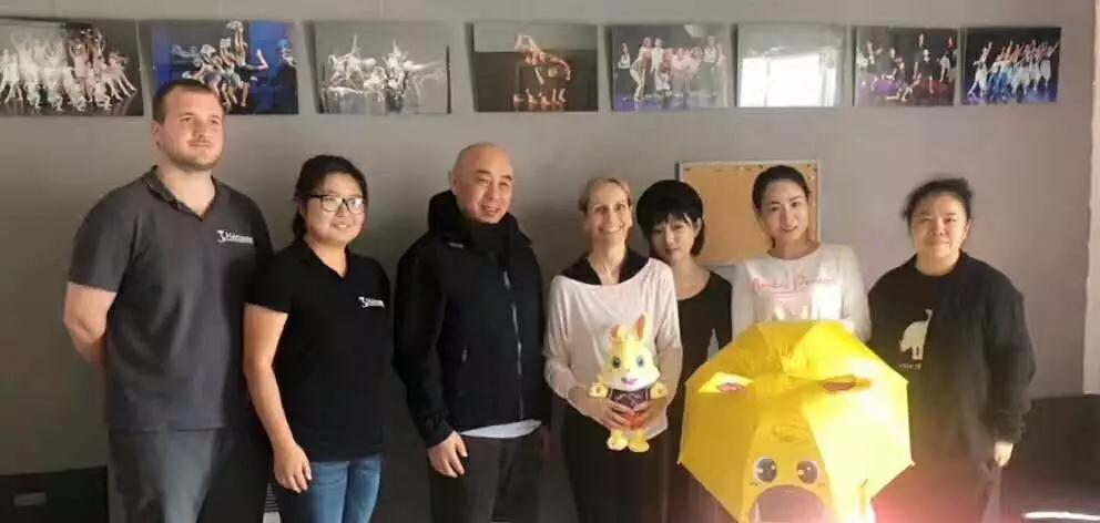 运动宝贝教育集团董事长Lori(左三)一行与Danse Mouvance创始人Géraldine CAREL(左四)友好交流