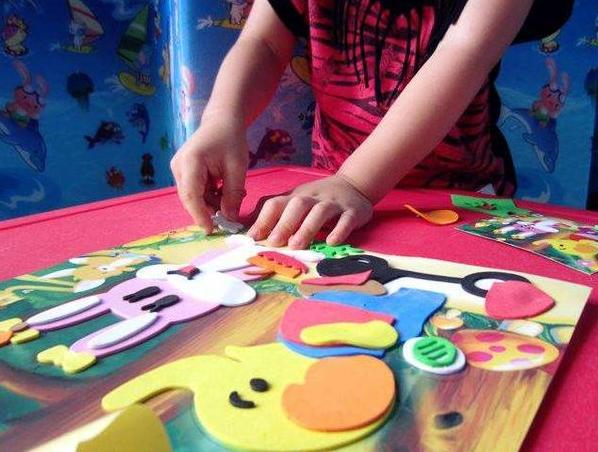 两岁宝宝喜欢贴画还好说,到处贴让人头疼,宝妈:贴画就这么好玩