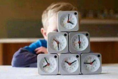 """面对拖拉磨蹭的孩子,可和孩子制定""""惯例表"""",培养孩子时间观念"""
